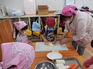 4歳児 野菜皮むき(ピーラー)