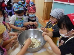 野菜ちぎり(3歳児)
