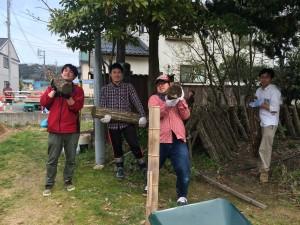 シイタケのほだ木の運搬作業